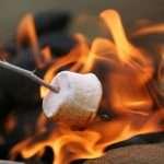 marshmallows roosteren boven het vuur